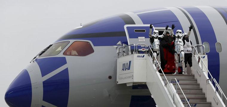 Star Wars conquista l'alta quota con aerei a tema e passeggeri in costume