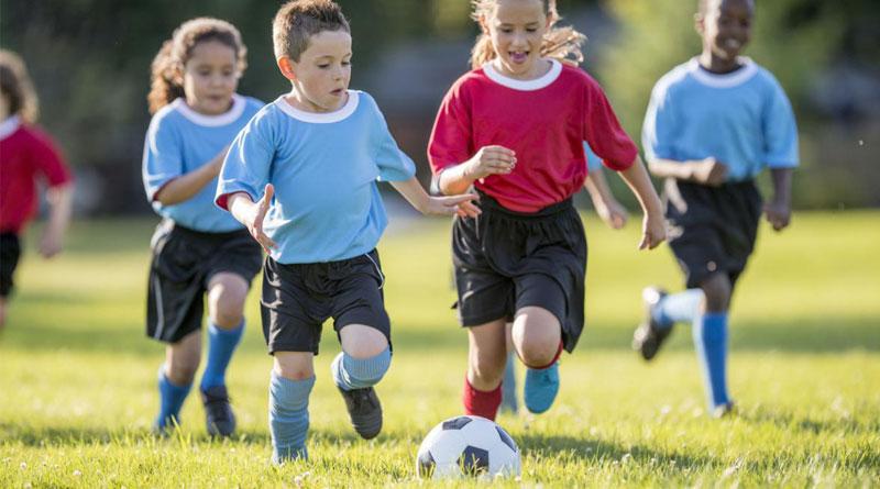 Calcio d'inizio! Bambini e pallone: così le partite si giocano in casa